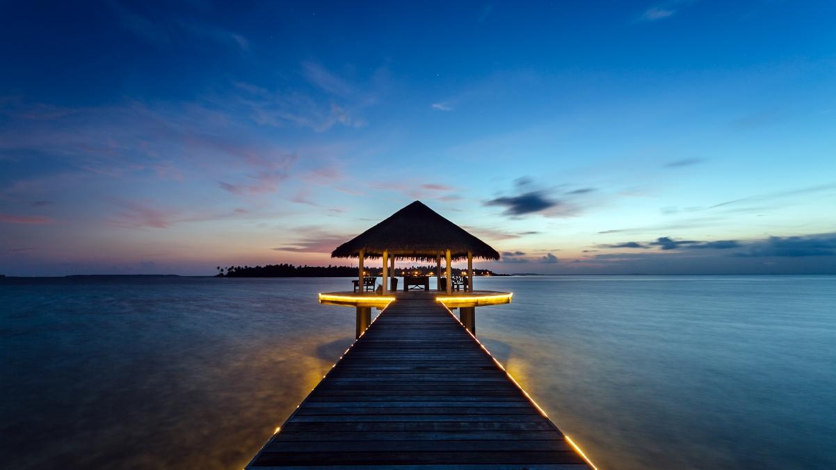 马尔代夫 美丽小岛 日落风景 4K高端电脑桌面壁纸