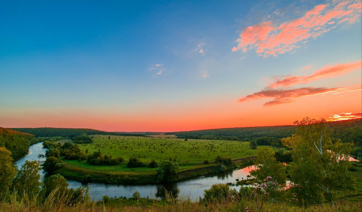 红色日落 俄罗斯 美丽的山丘 河流 4K风景高端电脑桌面壁纸