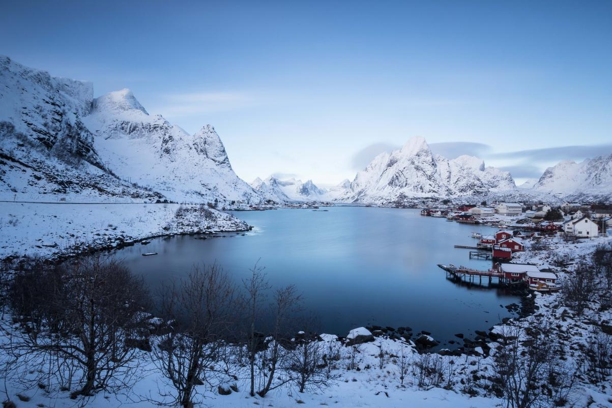 挪威 冬天 山 村 湖 雪 天空 云 5K风景高端电脑桌面壁纸