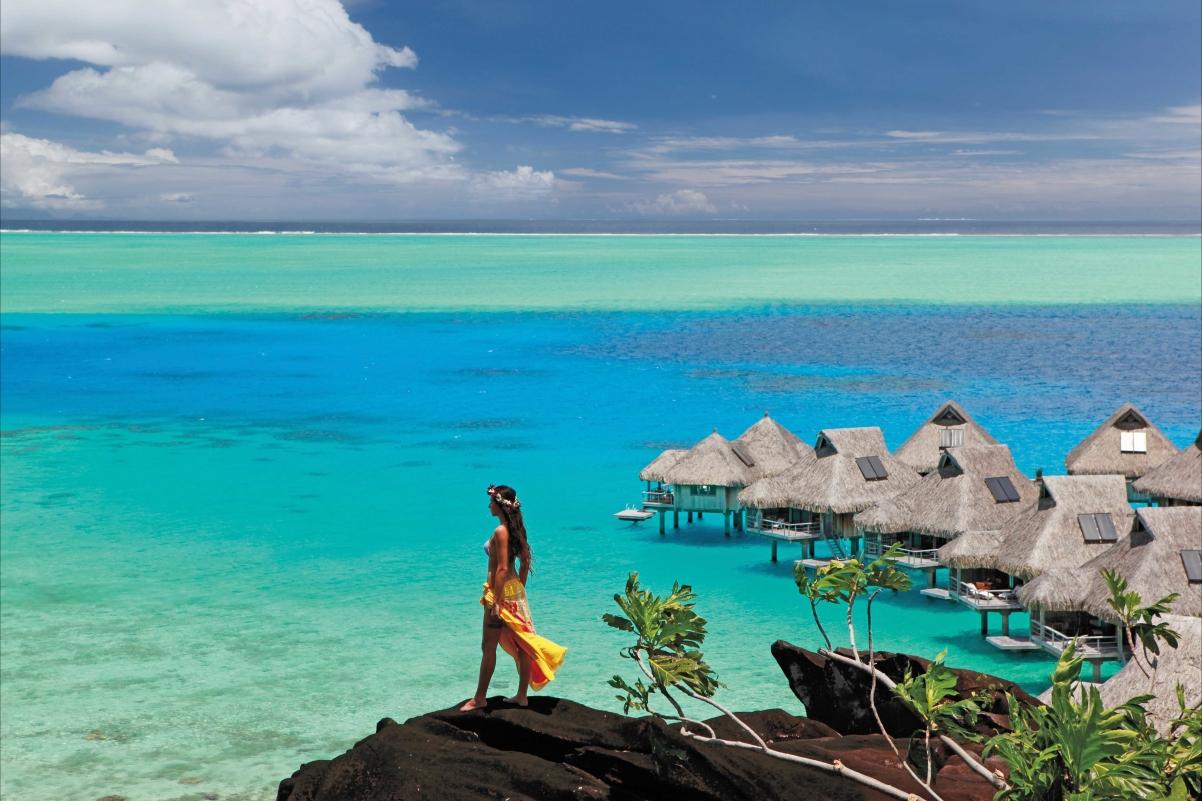 海洋 沙滩 女孩 酒店 5K风景图片