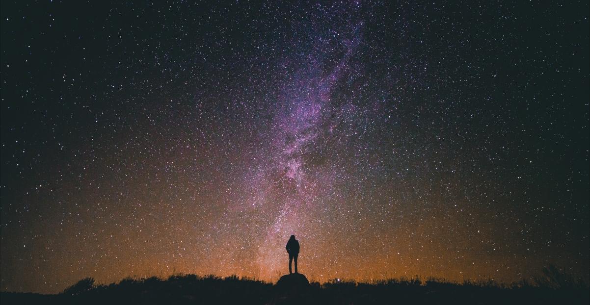 星夜 星空 侧影 繁星点点 夜晚的天空 发光 5K风景高端电脑桌面壁纸图片
