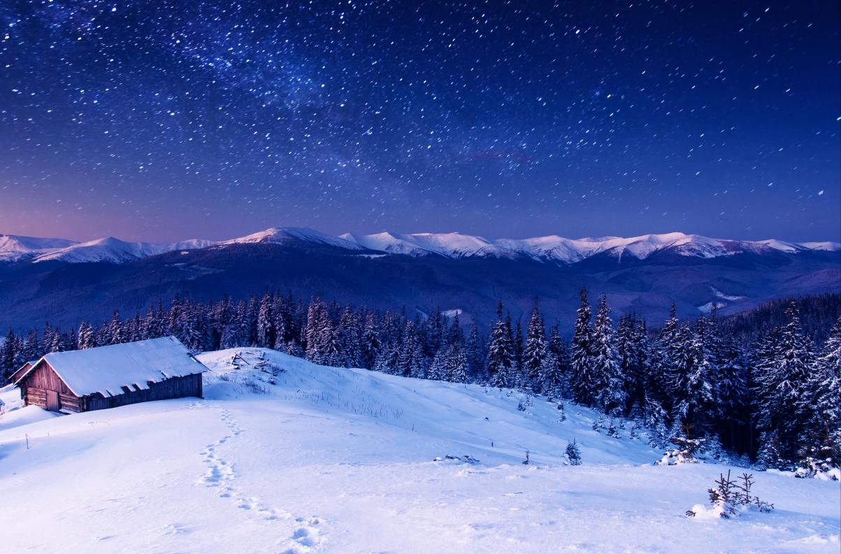 冬天的晚上风景,房子,山,森林,树木,星星,图片