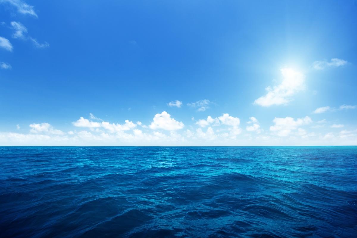 广阔无垠的大海,蓝天白云,自然风景图片