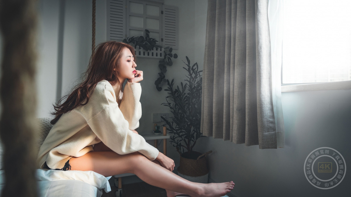 居家 一个人 长发美女 美腿 沙发 4k美女壁纸百变桌面精选3840x2160