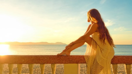 坐在栏杆上看海的金发美女极品游戏桌面精选4K+高清壁纸