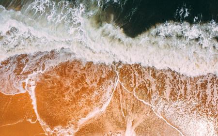 海滩上的浪潮鸟瞰图高端桌面4K+高清壁纸图片