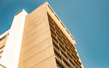 蓝色天空下的大厦高端桌面4K+高清壁纸图片