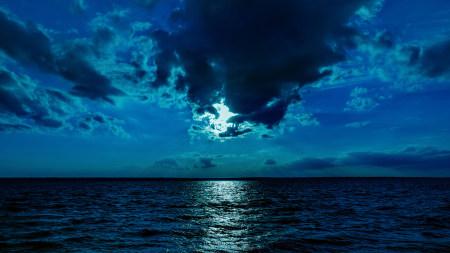 月光下的蓝色大海高端桌面4K+高清壁纸图片