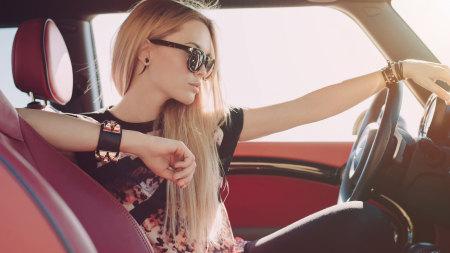 汽车驾驶室的金发美女高端桌面4K+高清壁纸图片