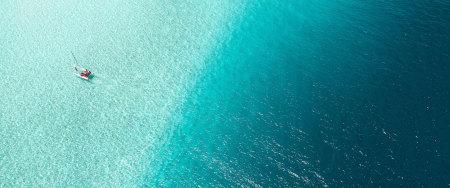 蓝色海面上的双体船高端桌面4K+高清壁纸图片