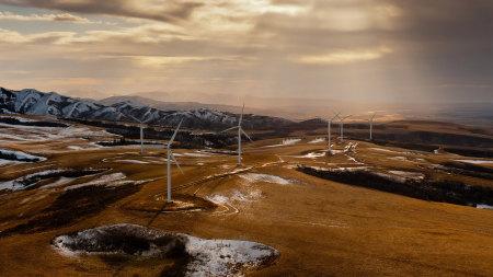 山上的风力涡轮机高端桌面4K+高清壁纸图片