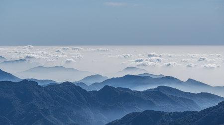 云雾袅绕的高山风景高端桌面4K+高清壁纸图片