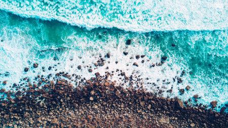 海岸岩石和海浪鸟瞰图百变桌面精选高清壁纸