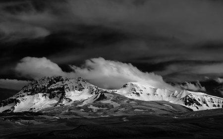 亚美尼亚阿拉加茨山黑白风景高端桌面4K+高清壁纸图片