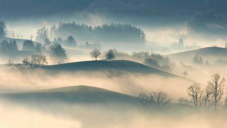 大雾笼罩的田野和山丘高端桌面4K+高清壁纸图片