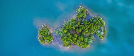 美丽的绿色小岛鸟瞰图高端桌面4K+高清壁纸图片