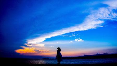 站在地平线看日落的女孩高端桌面4K+高清壁纸图片