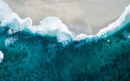 海滩上的浪花鸟瞰图高端桌面4K+高清壁纸图片