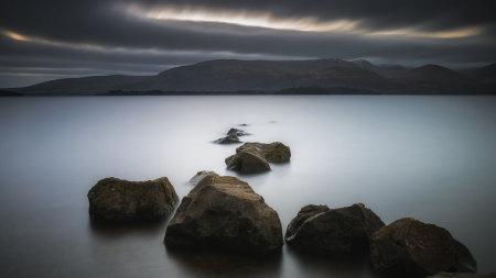 湖边的岩石高端桌面4K+高清壁纸图片