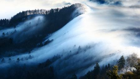 云雾笼罩的高山高端桌面4K+高清壁纸图片