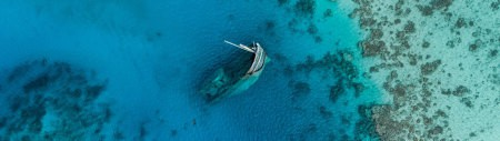 浅海边废弃的沉船高端桌面4K+高清壁纸图片