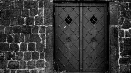 黑色的墙壁和铁门高端桌面4K+高清壁纸图片