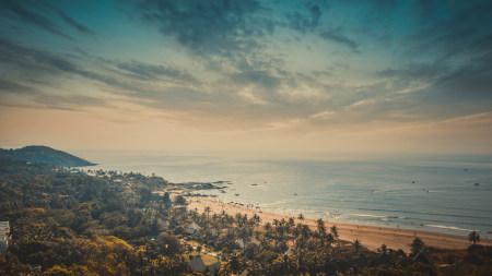 阳光沐浴的海滩风景高端桌面4K+高清壁纸图片