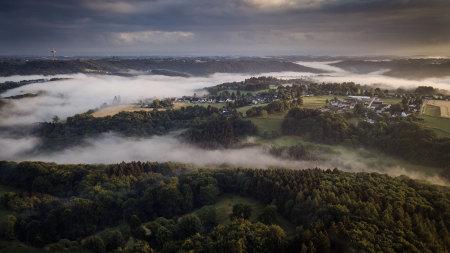 弥漫着大雾的乌帕河和村庄风景高端桌面4K+高清壁纸图片