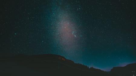 夜晚黑暗的山和星空高端桌面4K+高清壁纸图片
