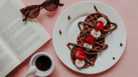 桌子上的书 眼镜 巧克力饼 咖啡极品游戏桌面精选4K+高清壁纸