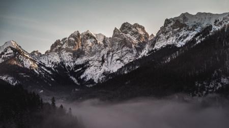 大雾弥漫的山谷和雪山高端桌面4K+高清壁纸图片