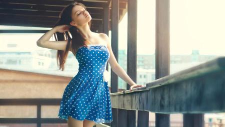 穿蓝色圆点连衣裙的金发美女极品游戏桌面精选4K+高清壁纸