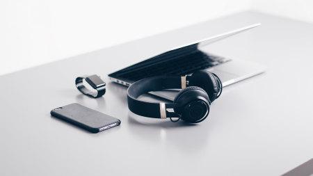 办公桌上的笔记本电脑 耳机 智能手表高端桌面4K+高清壁纸图片