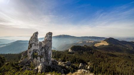 罗马尼亚山上的巨石天空风景高端桌面4K+高清壁纸图片