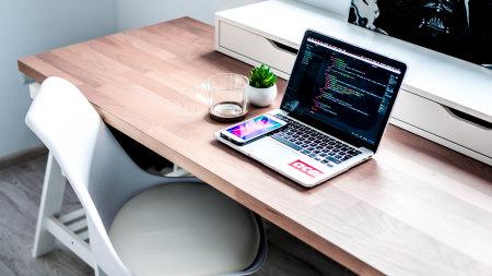 办公桌上的笔记本和手机高端桌面4K+高清壁纸图片