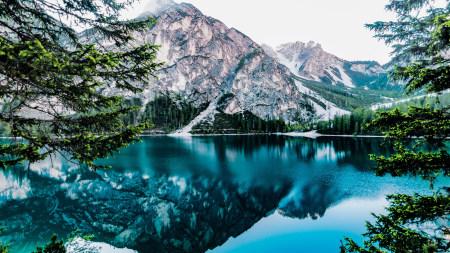 湖水中蓝天和高山倒影高端桌面4K+高清壁纸图片