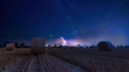 夜晚的农场草堆高端桌面4K+高清壁纸图片