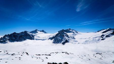 蓝色的天空和雪山风景高端桌面4K+高清壁纸图片