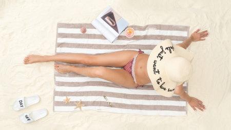 沙滩上阳光浴的性感美女高端桌面4K+高清壁纸图片