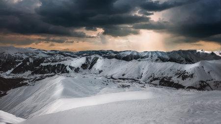 雪山和乌云高端桌面4K+高清壁纸图片
