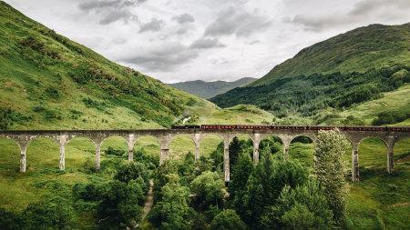峡谷中穿行的火车高端桌面4K+高清壁纸图片